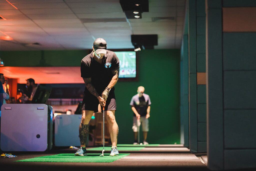 Man putting on golf simulator